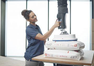 Lahkotno upravljanje do 75 kg z eno roko, primerno tako za levičarje kot desničarje.