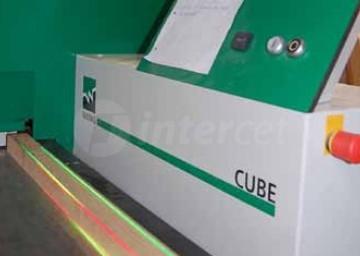 Skobeljni stroj Cube z laserjem vizualizira vnesene vrednosti.