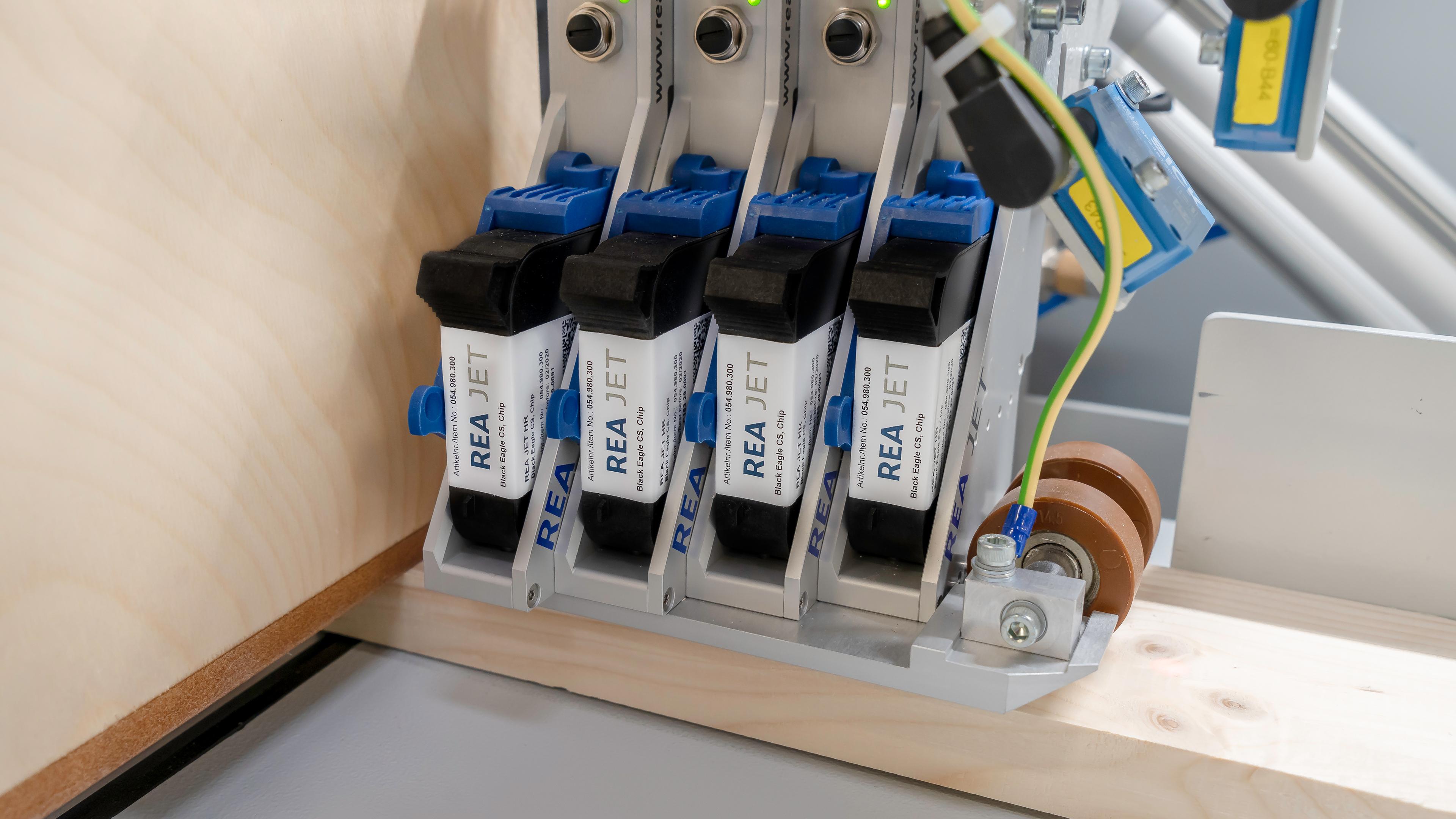 Slika 4: Označevanje elementov na optimirnem čelilniku OptiCut S50 z brizgalnim tiskalnikom.