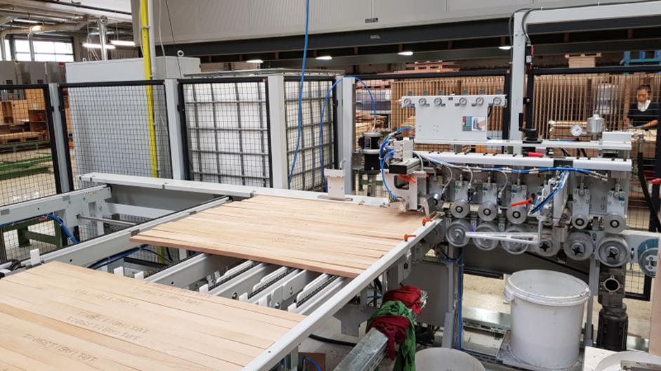 Dovod lamel v stiskalnico za širinsko lepljenje masivnih plošč ProfiPress L II v podjetju Team7